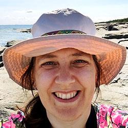 Bild på mig med solhatt och sommarbakgrund-