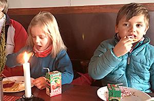 Barn som äter våfflor.